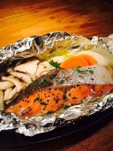 鮭と旬野菜のホイル焼きハーブバター風味